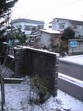 雪の積もる玄関先